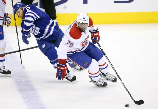 P.K. Suban, du Canadien, protège la rondelle devant Tim Gleason. (Photo Tom Szczerbowski, USA Today)