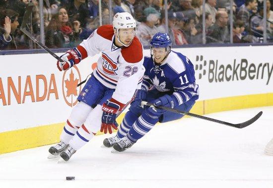 Jay McClement poursuit le défenseur du Canadien Josh Gorges. (Photo Tom Szczerbowski, USA Today)