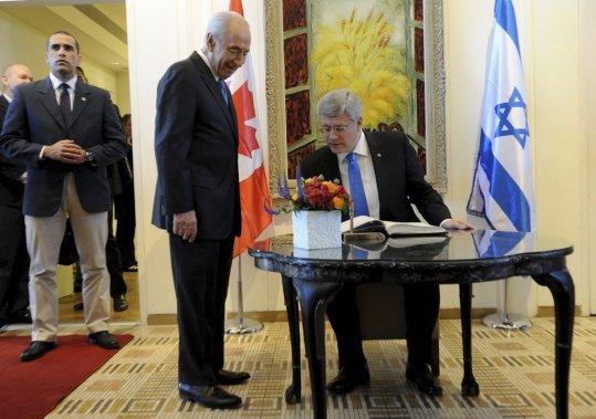 Le président israélien Shimon Peres et Stephen Harper. (AFP)