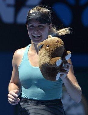 Eugenie Bouchard a reçu un animal en peluche après sa victoire. (Photo Andrew Brownbill, AP)