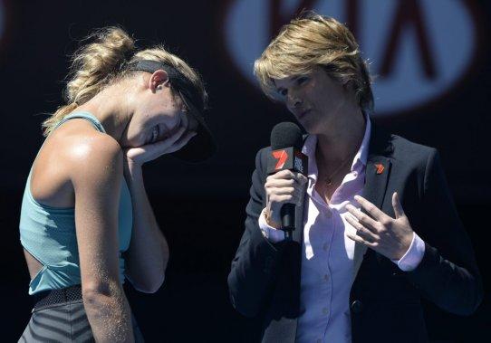 Après sa victoire, Eugenie Bouchard semblait embarrassée lorsque l'intervieweuse lui a demandé avec quelle célébrité elle aimerait avoir un rendez-vous galant. Après une petite hésitation, la Québécoise de 19 ans a choisi le chanteur Justin Bieber. (Photo Andrew Brownbill, AP)