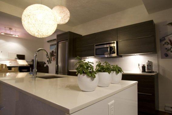 Dans la cuisine, les plans de travail sont en quartz et les armoires, en mélamine. (PHOTO OLIVIER JEAN, LA PRESSE)
