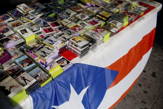 Spanish Harlem, aussi connu sous le nom d'El Barrio, est le centre de la communauté latino à New York. Le petit magasin de musique El Barrio Music Center vend encore des cassettes de musique latino sur le trottoir. (Photo David Boily, La Presse)