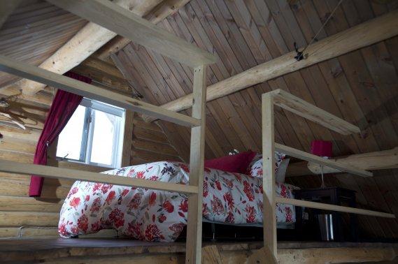Les grands lits moelleux installés dans chacun des chalets invitent au farniente partagé. (PHOTO SYLVAIN MAYER, LE NOUVELLISTE)