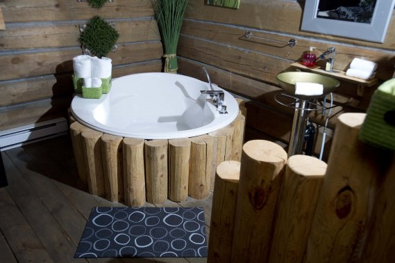 En plus d'un spa extérieur chauffé, les chalets sont équipés de baignoires permettant de se reposer seul, ou à deux. (PHOTO SYLVAIN MAYER, LE NOUVELLISTE)