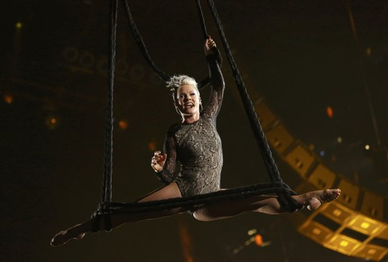 Pink a offert une performance digne d'un cirque. Du haut des airs, elle a chanté Try. (Photo MARIO ANZUONI, Reuters)