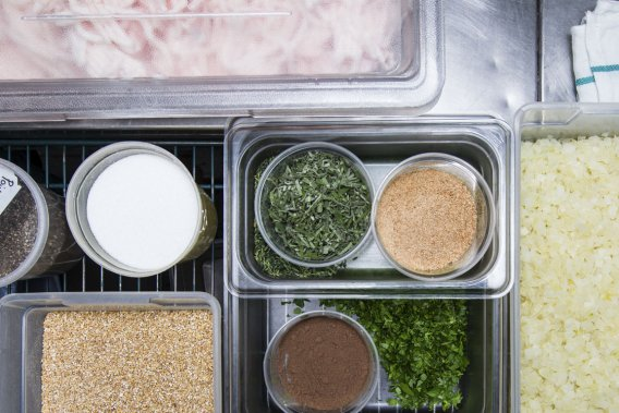 Avoine, sel, poivre de la Jamaïque, muscade, persil frais et sauge fraîche se marient à la viande pour donner une farce bien goûteuse. (Photo Édouard Plante-Fréchette, La Presse)