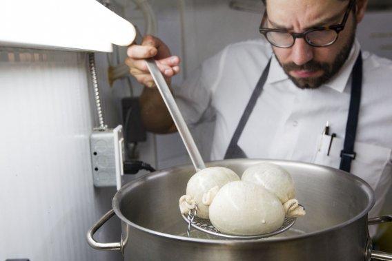 Le haggis doit cuire doucement dans l'eau pendant deux à trois heures. Après 15 minutes de cuisson, on peut déjà voir que le boyau se remplit un peu. (Photo Édouard Plante-Fréchette, La Presse)