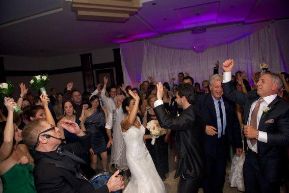 La danse a été un autre moment fort du mariage. La mariée et son père ont ouvert le bal sur une musique douce, qui a tout d'un coup été remplacée par YMCAde Village People, au grand étonnement des invités. (Photo Jacques Fortin,fournie par les mariés)