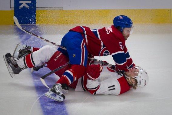 David Desharnais contre Jordan Staal, pendant la deuxième période. (Photo André Pichette, La Presse)