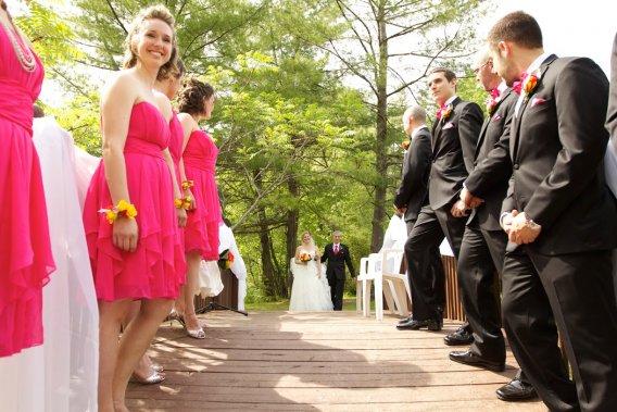 Tous les invités devaient porter un accessoire rose.«J'aime le rose», explique Lin. (Photo Pierre-Olivier Bousquet,fournie par les mariés)