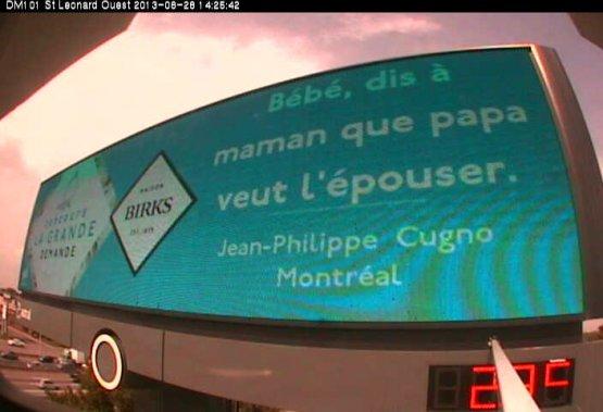 Avec le concours du bijoutier Birks, la demande écrite de Jean-Philippe s'est retrouvée sur un grand panneau publicitaire. Aurore a vu le panneau sur le site de Birks et a dit oui. (Photo fournie par Aurore)