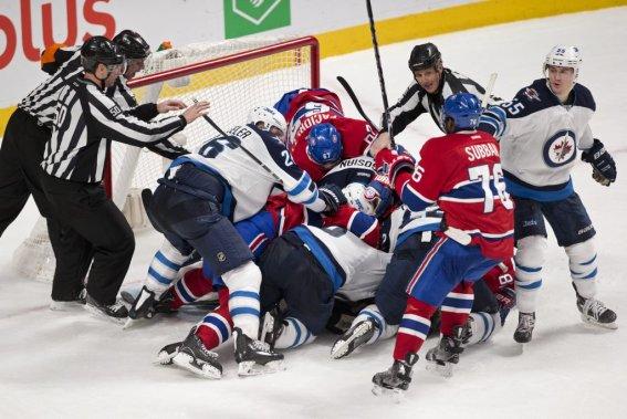 La fin du match a été marquée par une mêlée autour du filet des Jets. (PHOTO ROBERT SKINNER, LA PRESSE)