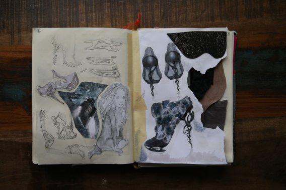 Anastasia se dit très influencée par la philosophie. La chaussure devient un vecteur de la pensée. (Photo Martin Chamberland, La Presse)