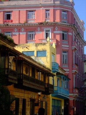 Les édifices coloniaux restaurés côtoient les bâtiments délabrés dans les rues de La Havane. (Photo Andrée Lebel, La Presse)