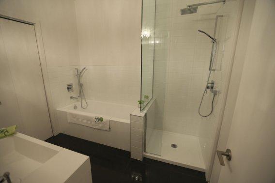 Dans la salle de bain, la robinetterie haut de gamme est installée sans frais supplémentaires. (Photo Martin Chamberland, La Presse)