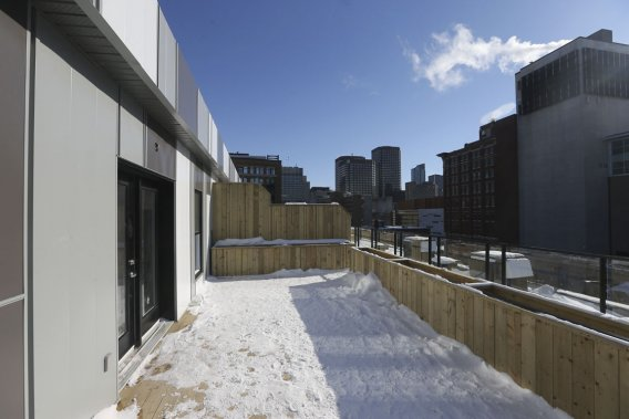 Les deux appartements-terrasses, au quatrième étage, sont dotés de vastes balcons privés offrant des vues dégagées sur les environs. (Photo Martin Chamberland, La Presse)