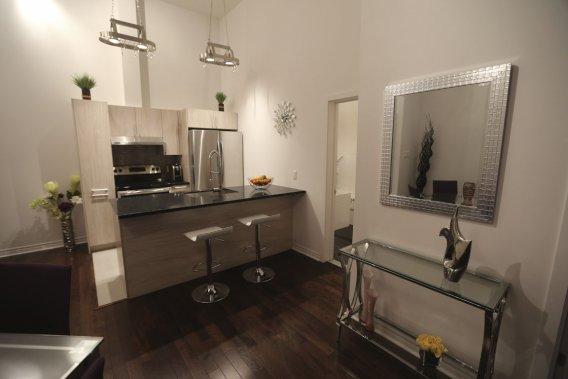 Dans la cuisine, les plans de travail en quartz et la robinettere haut de gamme sont inclus. (Photo Martin Chamberland, La Presse)