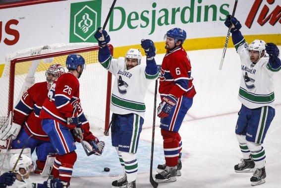 Chris Higgins et Jannick Hansen célèbrent un but face à des Canadiens qui font grise mine lors de la deuxième période. (Photo Olivier Pontbriand, La Presse)