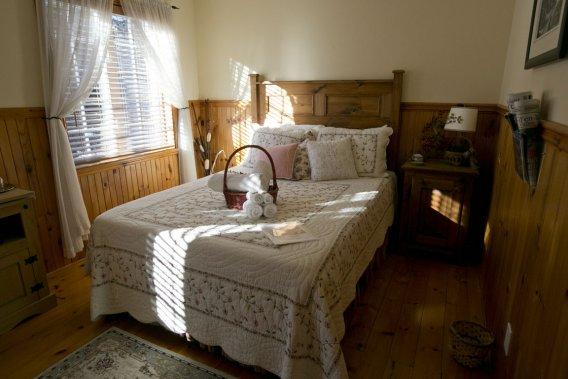 L'une des chambres douillettes du gîte Confort et sérénité. (Photo David Boily, La Presse)