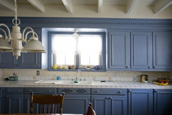 Tout un mur de la cuisine est tapissé d'armoires en bois repeintes, ce qui leur donne une forte présence. À remarquer le peu d'espace qu'on s'accordait en hauteur pour cuisiner sur les comptoirs. Concessions à la modernité: le plan de travail en céramique et la robinetterie. (PHOTO MARCO CAMPANOZZI, LA PRESSE)
