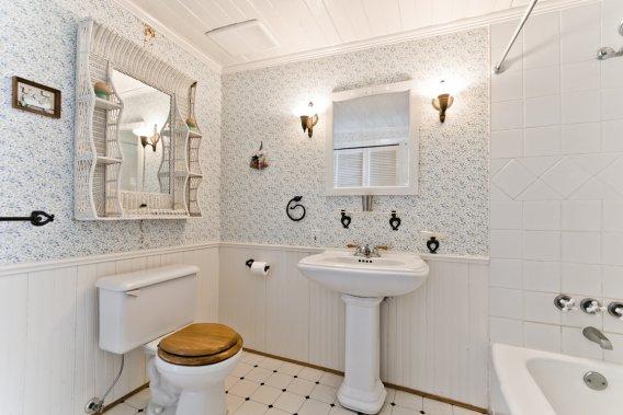 On peut présumer que cette salle de bains n'avait pas cette coquetterie à l'origine, mais on l'a réaménagée dans l'esprit du lieu. (Photo fournie par Sotheby's International Realty Québec)
