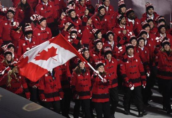 L'équipe du Canada fait son entrée derrière la porte-drapeau Hayley Wickenheiser et le chef de mission adjoint, Jean-Luc Brassard.   (200-400 mm F4,0 1/200 F4,0 3200 ISO) (PHOTO BERNARD BRAULT, LA PRESSE)