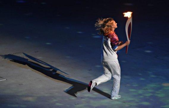 La joueuse de tennis Maria Sharapova a couru avec la flamme pendant quelques instants durant la cérémonie.   (200-400 mm F4,0 1/200 F4,0 3200 ISO) (PHOTO BERNARD BRAULT, LA PRESSE)