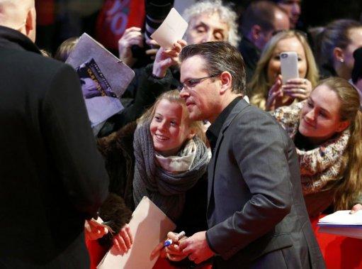 Samedi 8 février : Membre de la distribution de «Monuments Men», Matt Damon signe des autographes sur les tapis rouge. (PHOTO THOMAS PETER, REUTERS)