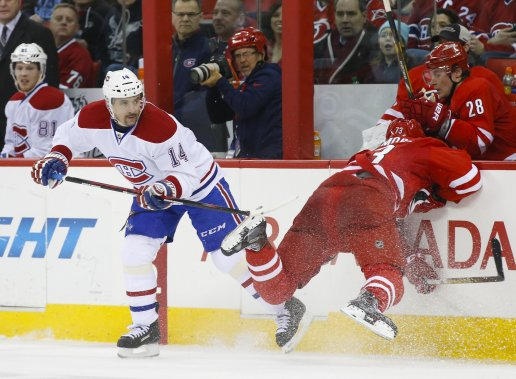 Brett Bellemore, des Hurricanes, rate une tentative de plaquage sur Tomas Plekanec. (Photo  James Guillory, USA Today)