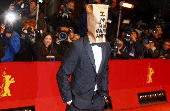 Dimanche 9 février : Shia LaBeouf portait un sac de papier brun sur la tête lors de son arrivée sur le tapis rouge de «Nymphomaniac Volume I». Il y était écrit «Je ne suis plus célèbre maintenant». (PHOTO TOBIAS SCHWARZ, REUTERS)
