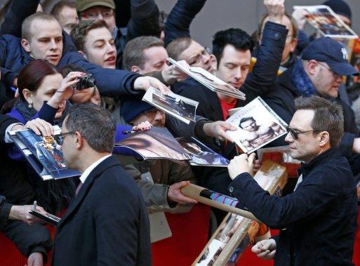 Dimanche 9 février : Christian Slater (à droite) signe des autographes pour faire la promotion de «Nymphomaniac Volume I». (PHOTO THOMAS PETER, REUTERS)
