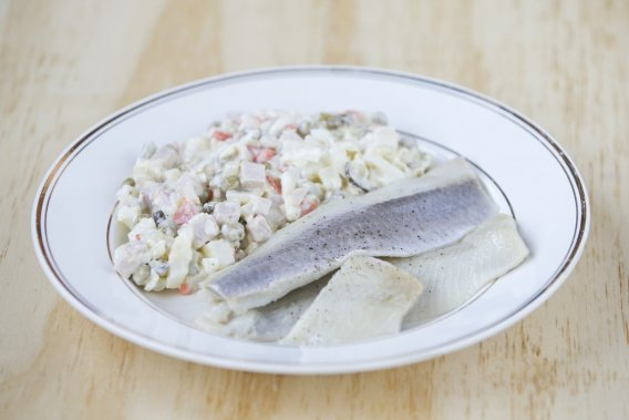 La salade russe, baptisée Olivier ou Stolichny, selon les versions. On la voit ici accompagnée de hareng. (Photo Hugo-Sébastien Aubert, La Presse)