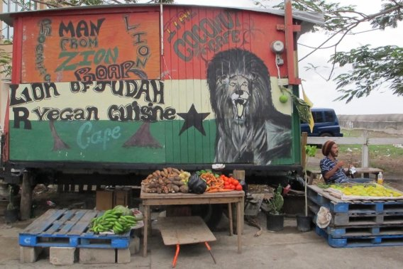 Un homme vend des fruits et des légumes dans la ville de Basseterre. (Photo Marie-Eve Morasse, La Presse)
