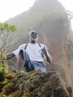 Le guide O'Neil Murane grimpe le volcan Liamuiga depuis 32 ans, parfois avec une telle aisance qu'il le fait une canette de jus à la main. (Photo Marie-Eve Morasse, La Presse)