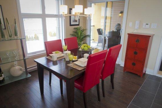 Au troisième niveau, la salle à manger est ouverte sur le balcon. (Photo André Pichette, La Presse)
