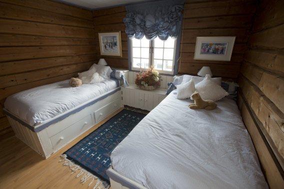L'une des quatre chambres situées au premier étage. Le style y est nettement plus rustique et le mobilier fait souvent corps avec la maison, comme ici. (Photo Ivanoh Demers, La Presse)