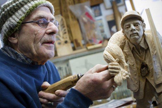 Le sculpteur Victor Dallaire, à l'oeuvre dans son atelier de La Baie. (Photo Sira Chayer, La Presse)