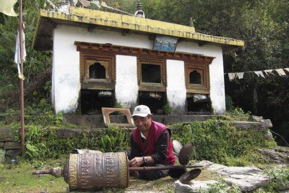 Un réparateur de moulins à prières. (Photo Rodolphe Lasnes, collaboration spéciale)