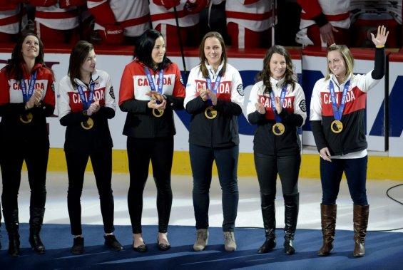 Les joueuses de l'équipe canadienne de hockey, championnes olympiques, ont été ovationnées par la foule du Centre Bell lors d'une cérémonie spéciale d'avant-match. (Bernard Brault, La Presse)