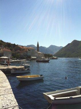 Les jolies terrasses ne manquent pas dans la région des bouches de Kotor. Ici :Perast. (Photo Violaine Ballivy, La Presse)