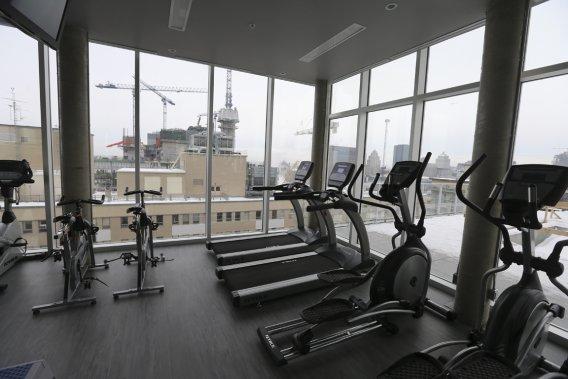 Dans la salle d'entraînement, les copropriétaires ont une vue sur le futur CHUM et le Vieux-Montréal. (Photo Martin Chamberland, La Presse)