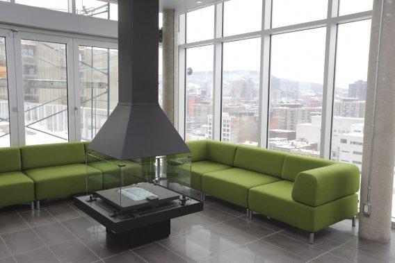 Sur le toit, les copropriétaires ont déjà accès à un vaste salon entièrement vitré doté d'un foyer au gaz, avec une vue dégagée sur le mont Royal. (Photo Martin Chamberland, La Presse)
