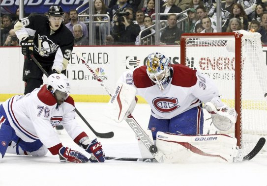 Peter Budaj effectue un arrêt important pour son équipe. (Photo USA TODAY Sports)