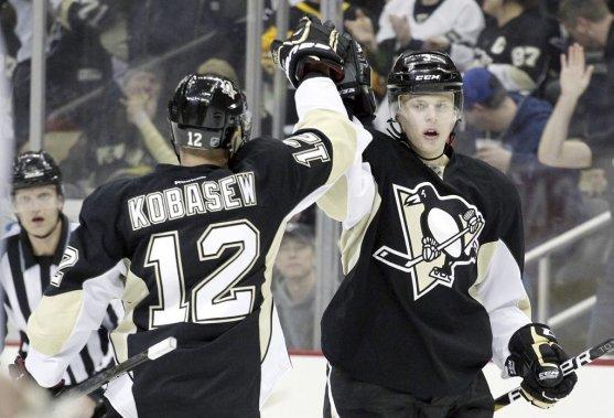 Les Penguins célèbrent l'un de leurs nombreux buts de la soirée. (Photo USA TODAY Sports)