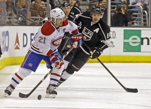 Le capitaine Brian Gionta surveillé de près par Mike Richards. (AP)