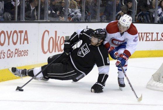 Le défenseur olympique Drew Doughty trébuche près d'Alex Galchenyuk. (Reuters)