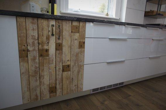 Des portes d'armoires en planches de bois côtoient des tiroirs blancs lustrés beaucoup plus modernes. (Photo André Pichette, La Presse)