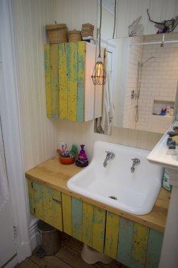 La salle de bains et les portes des cabinets se composent de bois provenant d'une grange de Verchères. (Photo André Pichette, La Presse)