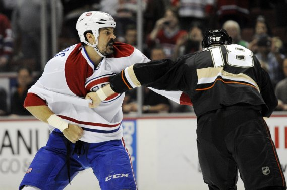 Une bataille entre George Parros et Tim Jackman (Ducks) durant la première période. (Photo Kelvin Kuo, USA Today Sports)